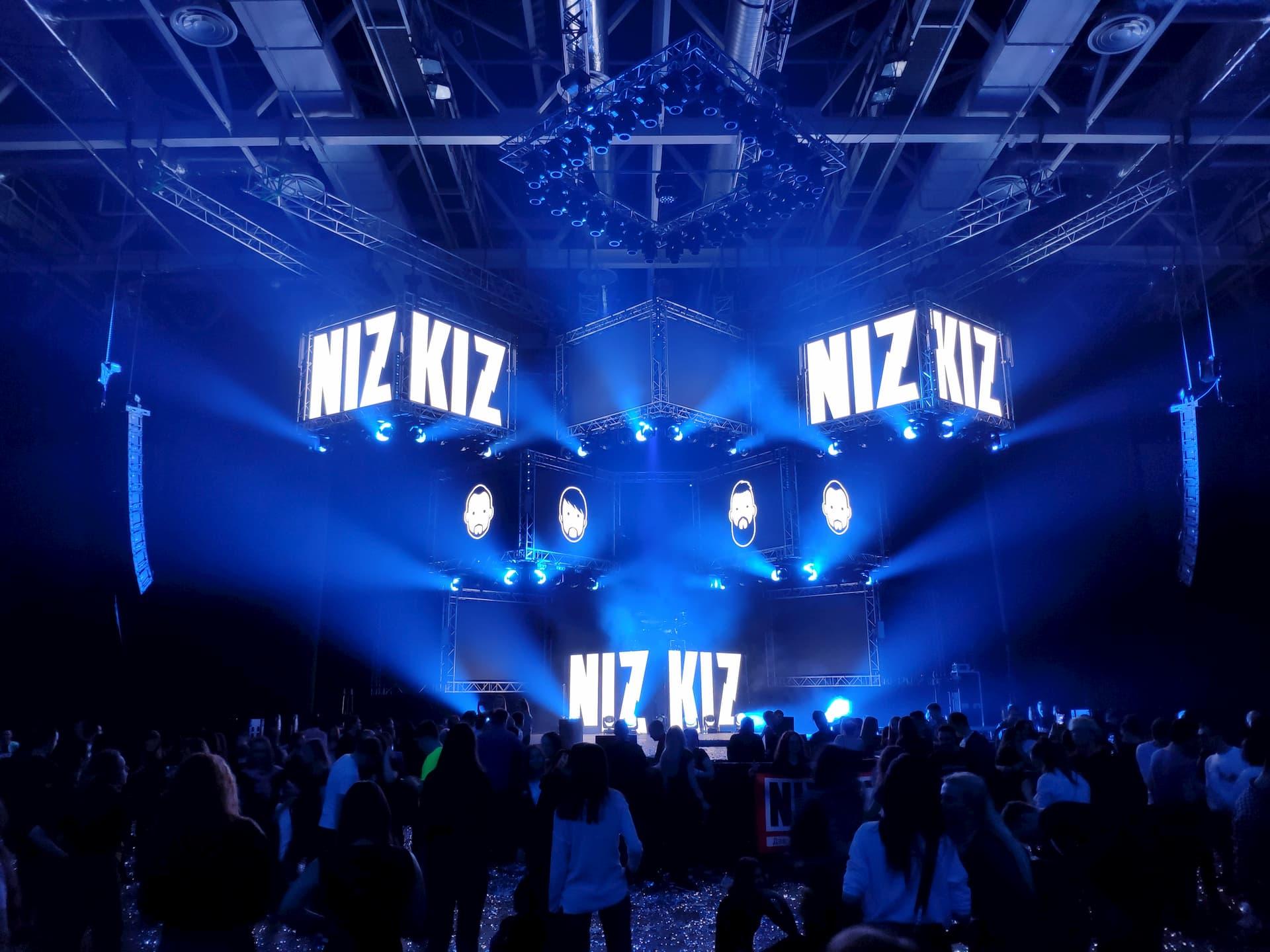 Свет, звук, экраны и конструкции на концерте NIZKIZ